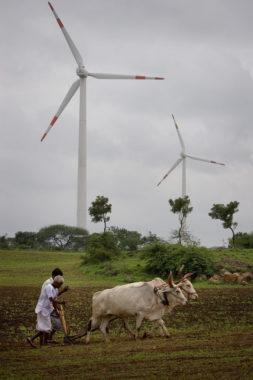 Ветрогенератор в Иднии недалеко от Dhulia, построенный Suzlon Group