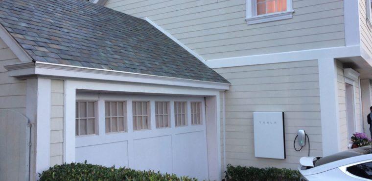 накопитель Tesla PowerWall на стене частного дома