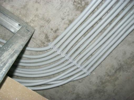 пример прокладки кабельных СКС трасс в гофре-рукаве