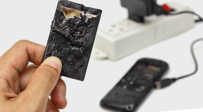 сломанная батарея сотового телефона при не правильной зарядке