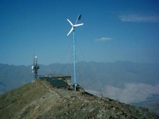 Смонтированный в Таджикистане ветрогенератор Бриз 5000 (станция сотовой связи)